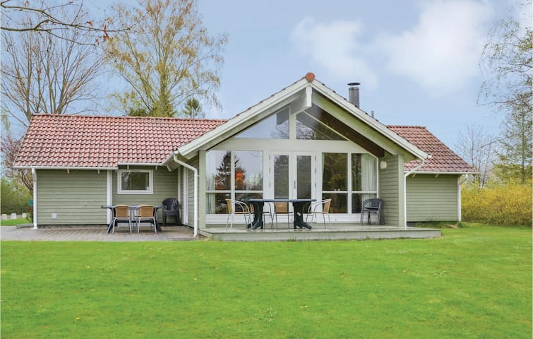 Holiday cottage with 4 bedrooms on 110 m² in Dronningmølle