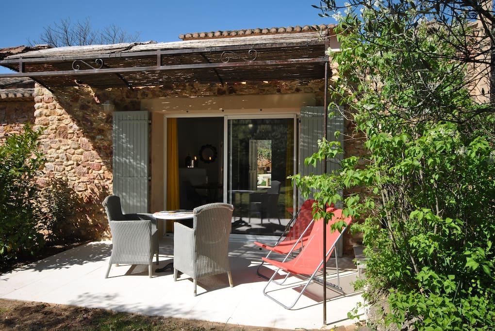 Terrasse meublée et ombragée donnant sur le jardin