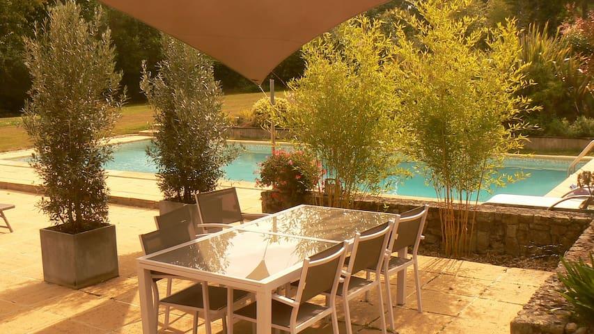 Chambre avec accès direct sur piscine