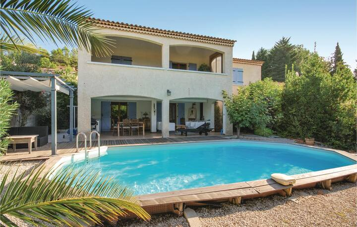Stunning home in Le Val with WiFi and 4 Bedrooms
