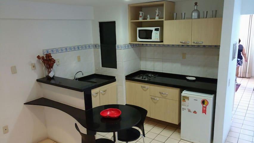Cozinha completa com CookTop duas Bocas, Frigobar e Microondas.