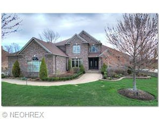 big luxury house with golf course view - Highland Heights