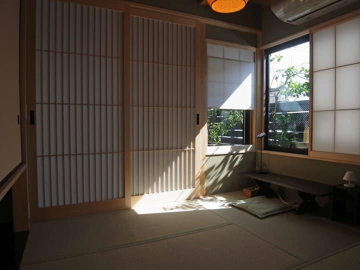 猫と緑と共生するモダン和風の家-1階和室とサンルーム「2匹の猫も待っています」