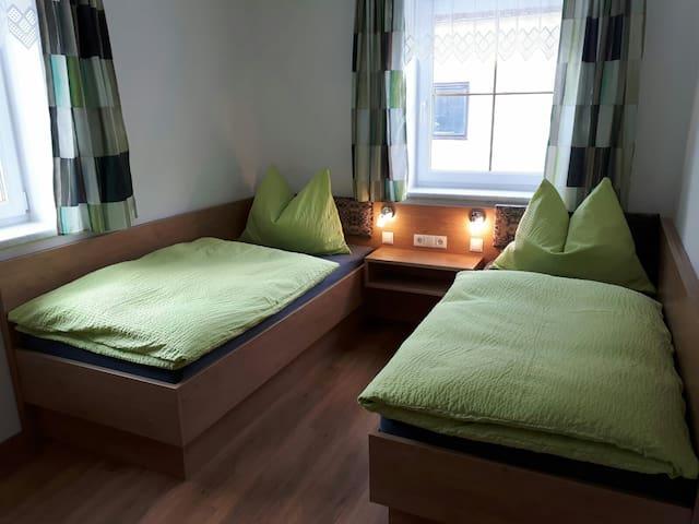 Zimmer 2 mit 2 Einzelbetten