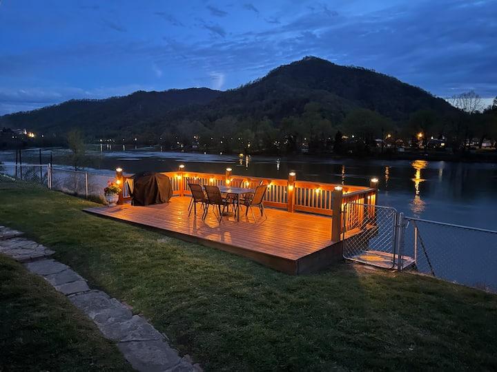 Rose River Cottage- A Cozy Riverfront Escape