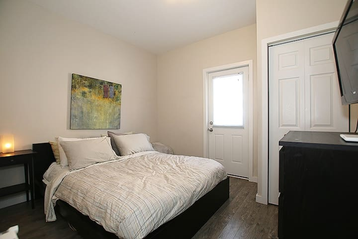 Bright Modern 1 Bedroom Apartment- ByWard Market