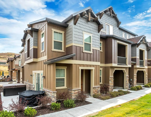 *New* Luxury Townhome w/HotTub,10min to PC skiing
