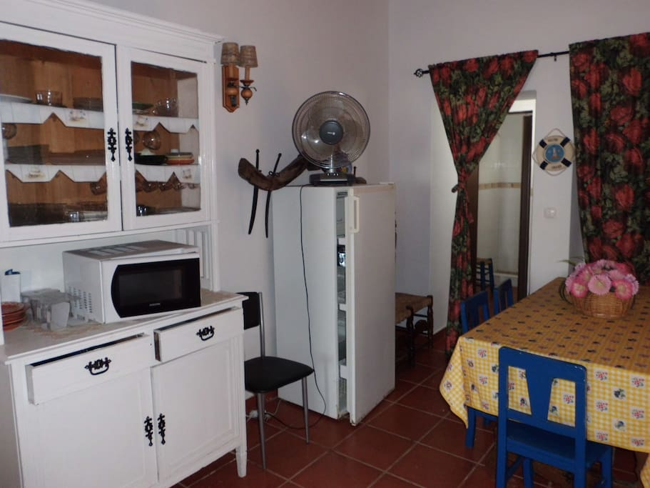 salon comedor,con ventana al patio trasero,tiene puerta para la cozina y cuarto de baño.