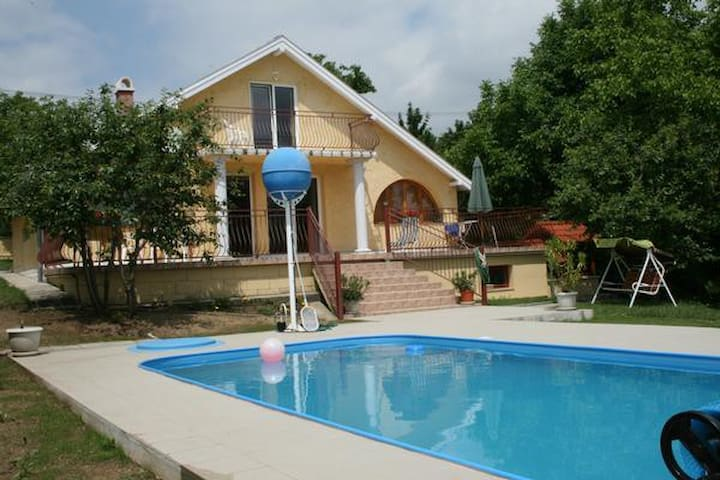 Holoiday house with pool, AIRCO and WIFI