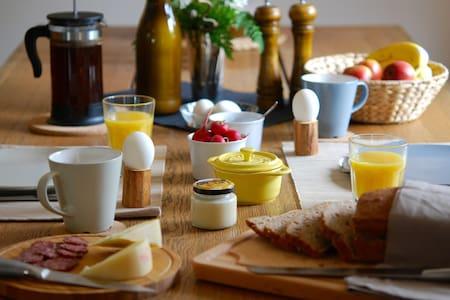 Simple Life Farm B&B - Walnut Room - Extertal - Inap sarapan