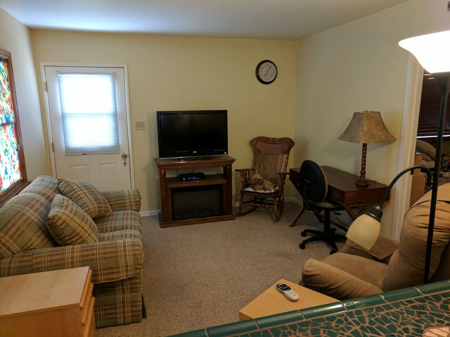The living room includes a flat screen TV with DirecTV.