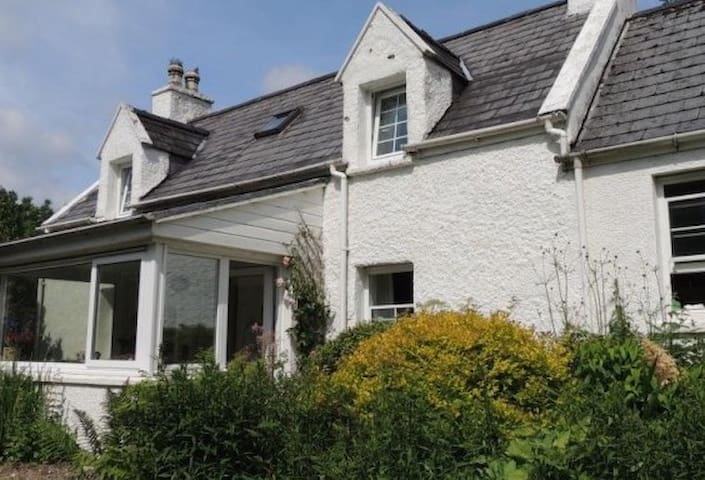 Traditional Skye Crofter's Cottage sleeps 6 - Torrin - House