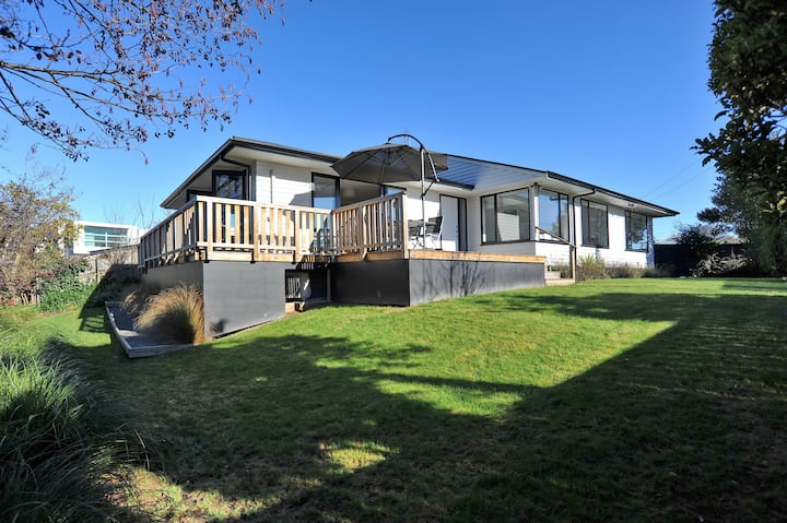 Brookside Villa - Spacious, modern home in Ilam