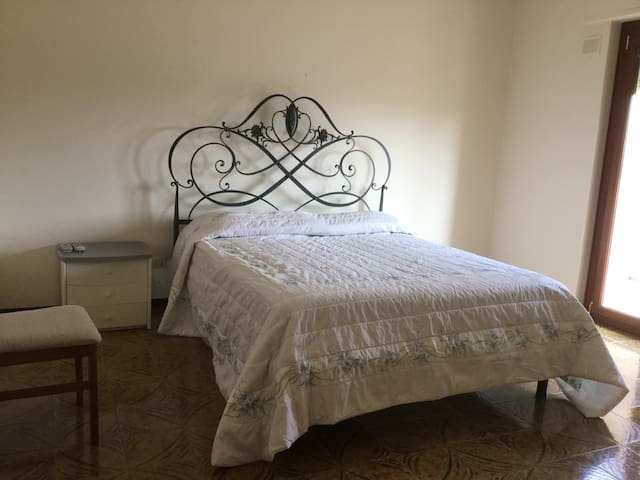 Camera matrimoniale di fronte Clinica Maddalena - ปาแลร์โม่ - อพาร์ทเมนท์
