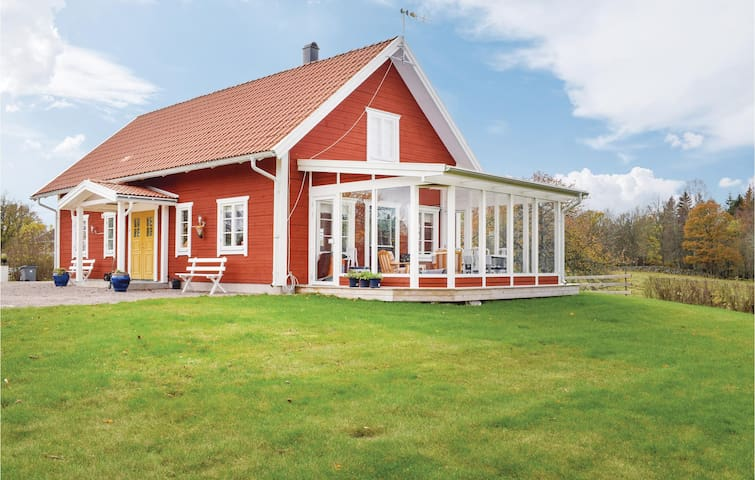 Former farm house with 3 bedrooms on 114m² in Mariannelund