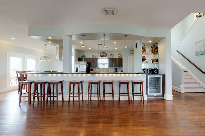 Dog-friendly home w/ foosball/pool table - shared pools/hot tubs!