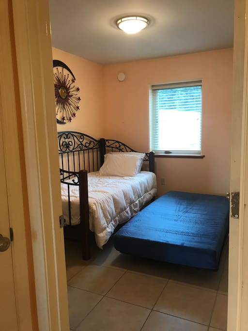 2nd Bedroom ( 2 twin size bed)