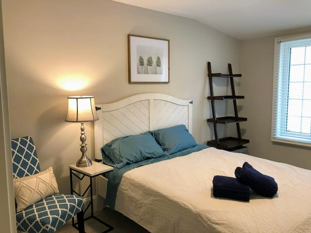 The Urban Haven - Luxury Minneapolis Home (Room A)