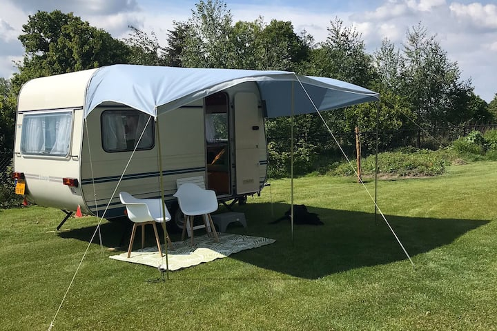 Caravan op rustige camping