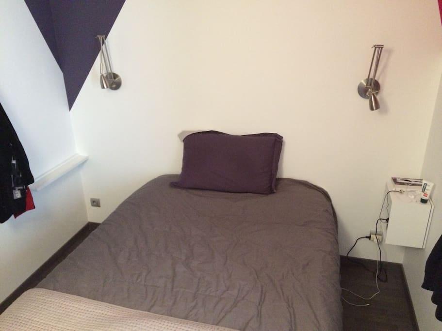 La chambre double avec matelas 140x190 et fenêtre sur rue avec volet