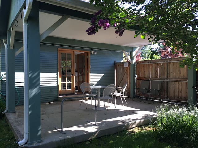 Emerald City Bungalow -- 2 blocks to UofO!