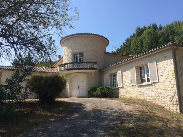 Chambres calmes à 5 min  du centre d'Angoulême - Soyaux - Huis