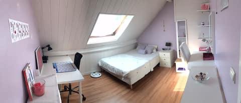 Chambre lit double au sein d'une maison familiale