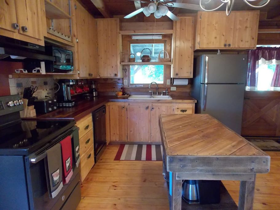 Serenity ridge on center hill lake cabins for rent in for Iron kitchen cookeville