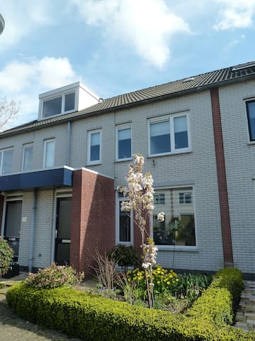 Lovely modern family house with sunny garden - Leiderdorp