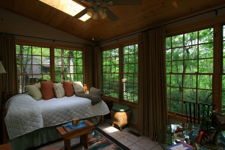 Heavenly Tree House! 5 min to S. Asheville
