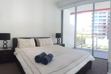 Luxury room - Pool view, king bed, WIR, ensuite - Apartment