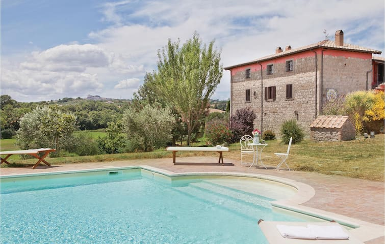 Holiday cottage with 7 bedrooms on 700 m²
