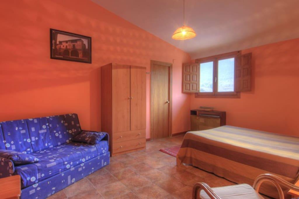 Habitación cama matrimonio, sofá-cama y baño