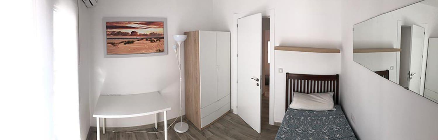 Habitación en primera planta, ventanas de PVC y cristal doble, cortinas por privacidad y persianas por la luz. Habitación con Aire Acondicionado y llave.