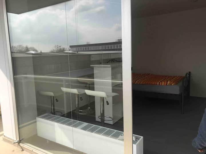 Sauberes Zimmer mit großem Balkon