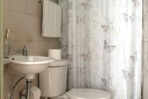Baño completo para uso de los huéspedes de la habitación PECHOAMARILLO.