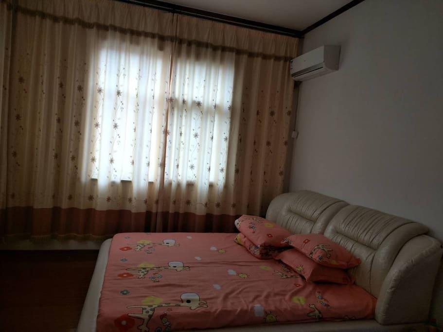 欧式风格两米乘以两米三的大床。