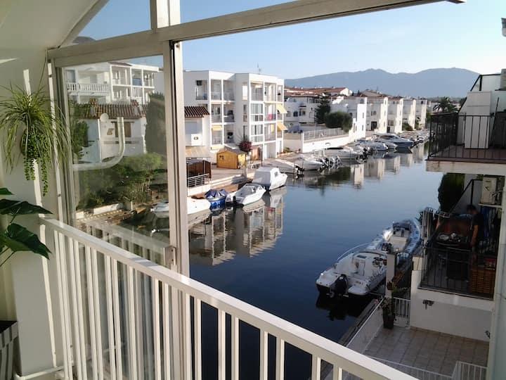 Logement entier  rénové  vue sur Marina etmontagne