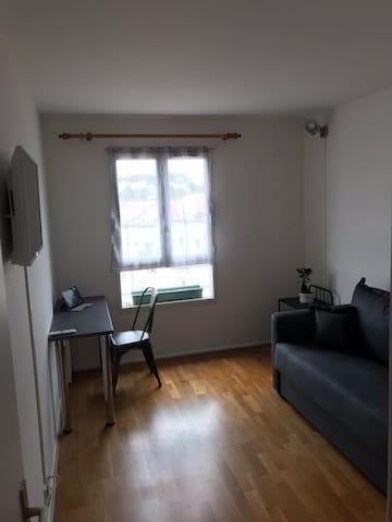 Chambre privée avec TV et bureau. Wifi à disposition. Convertible très confortable, 140x190.
