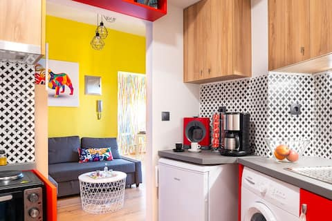 Colorful apartment in the city center AC/WiFi