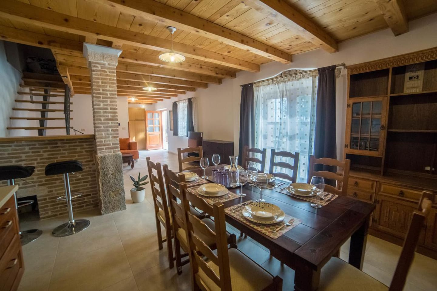 Villa Angela has a fully equipped kitchen, barbecue  and a dining table, a dining room, a living room and beautiful  garden.