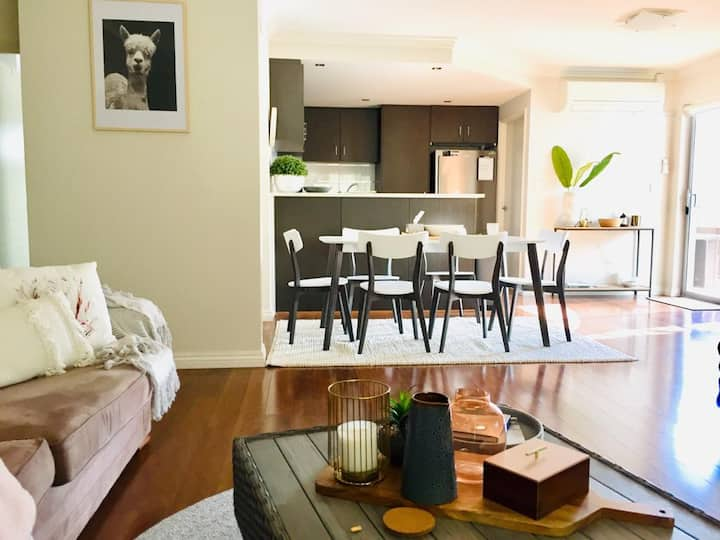 Stylish & Chic 3brm Home Close to Beach & Shops