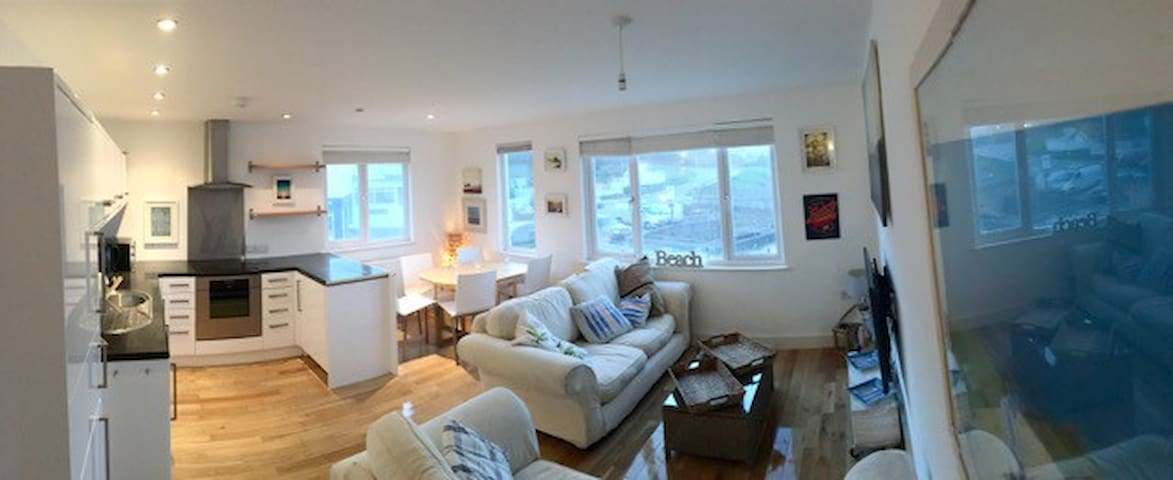 Living Spahttps://www.airbnb.co.uk/rooms/10693727?previewce - The Beach Pad