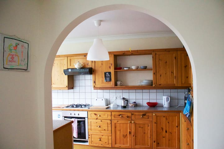 Spacious bedroom in a friendly home - Bristol - Rumah