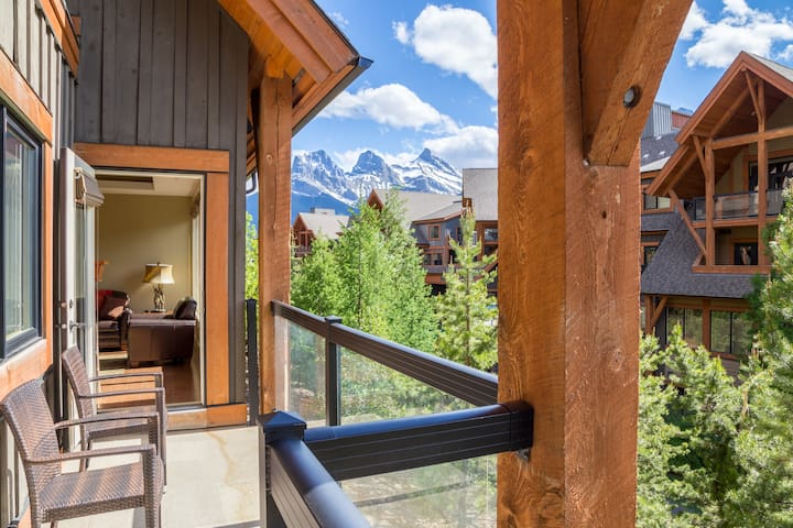 Mountain Views - Luxury Canmore Condo in Solara