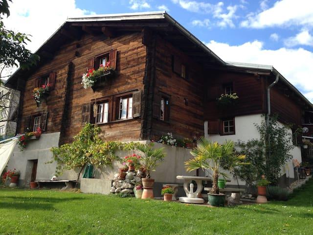 Altes Bauernhaus in Bündner Bergen