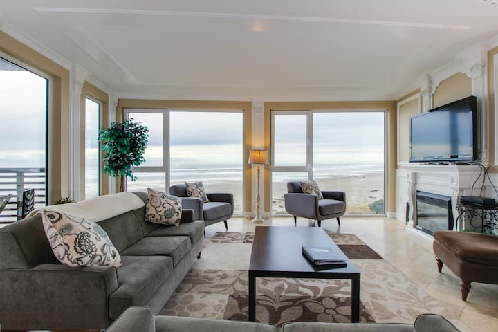 Gorgeous oceanfront condo with great sea views, shared hot tub, beach access