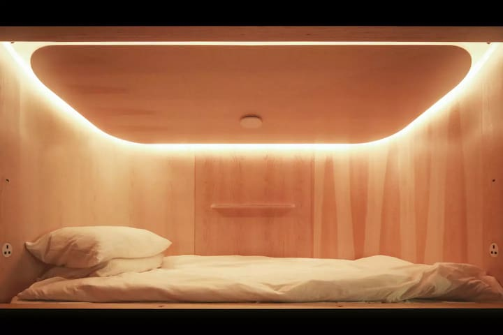 SLEEEP 9pm- 9am Capsule Hotel in Causeway Bay