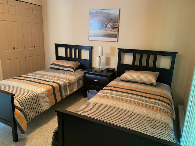 Second Bedroom Downstairs with 2 Twin Beds