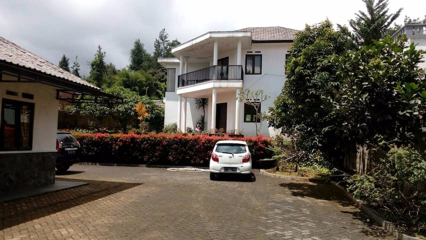 Modern Villa @Taman Safari Indonesia, Cisarua - Cisarua - Villa
